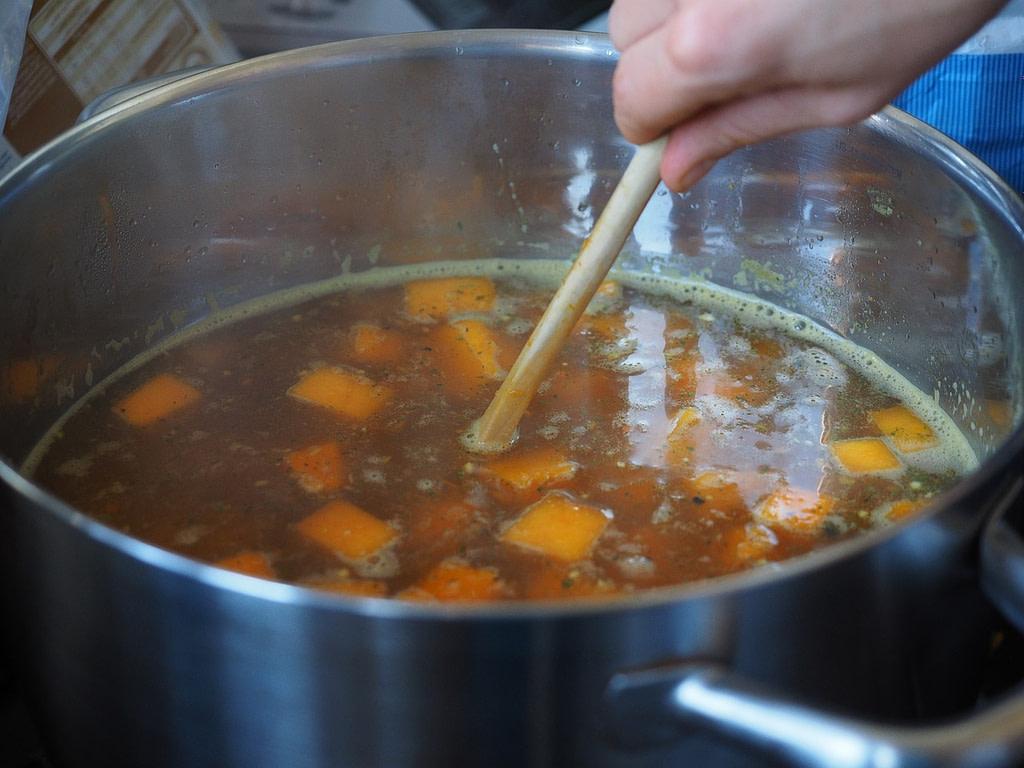 Zutaten für Hundefutter kochen in Topf
